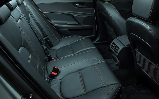 Hàng ghế sau của Jaguar XE 2020 có thể gập linh hoạt