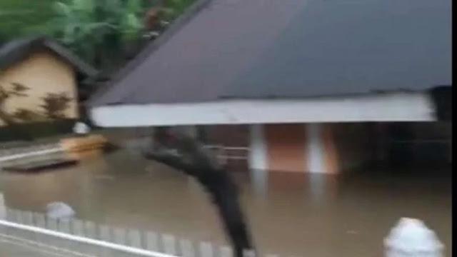 Banjir Makassar, Ketinggian Air Hampir Sentuh Atap Rumah