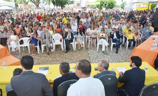 Naara é hostilizada por gabirabas em plena posse de vereadores, prefeito e vice