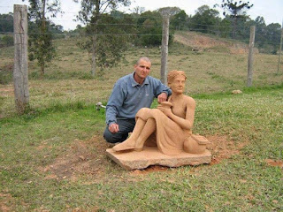 Seorang Pematung Membuat Patung Wujud Ibunya ...