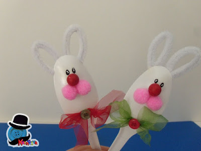 coniglietti fatti con cucchiai di plastica per riciclo creativo