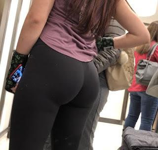 Chica usando leggins ajustados nalgas paradas