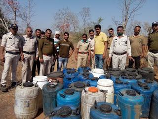 पुलिस की बड़ी कार्यवाही, नेपानगर में पांधार नदी के किनारे 1085 लीटर अवैध महुआ लहान किया नष्ट