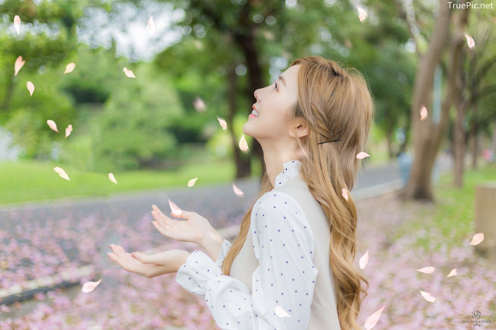 Thailand cute model Nilawan Iamchuasawad - Beautiful girl in the flower field - Photo by จิตรทิวัส จั่นระยับ - Picture 9