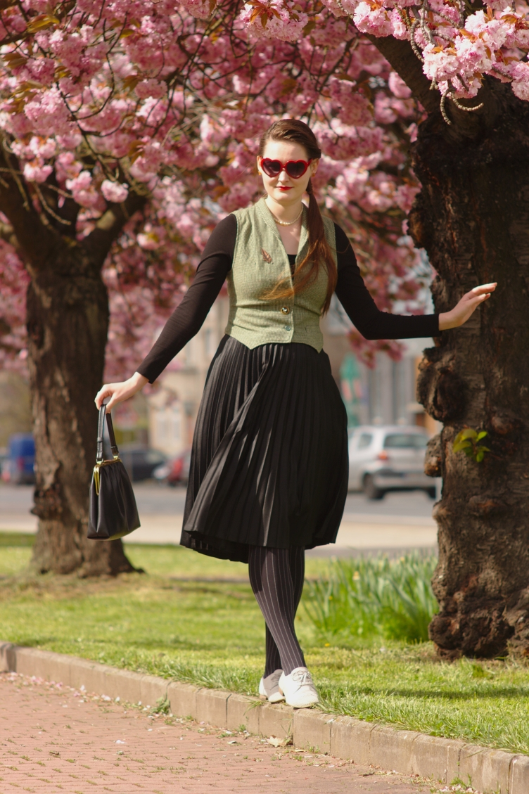 fashionista, czech fashion blog, georgiana quaint, gamekeeper waistcoat, pleated skirt, calzedonia tights, tamaris leather shoes, český módní blog, secondhand fashion, 1950s silhouette