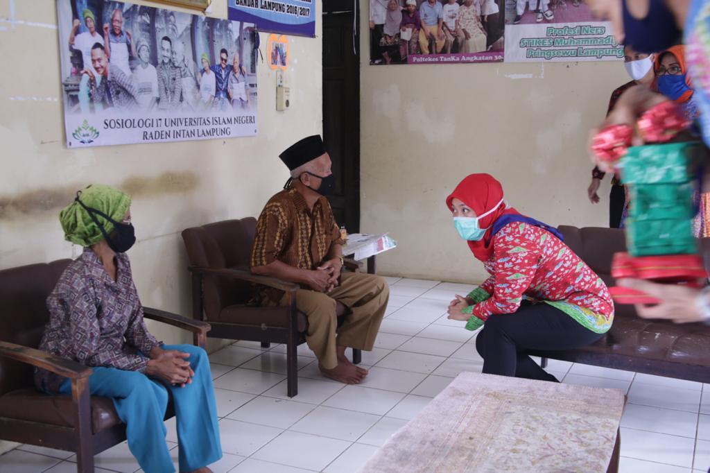 Hari Lansia Nasional ke-24, Pemprov Lampung Bagikan Bantuan Sosial kepada 150 Lansia di Panti Tresna Werdha, Natar