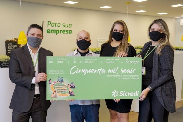 Sicredi Vale do Piquiri Abcd PR/SP entrega segundo prêmio da campanha Razões para Investir e Ganhar