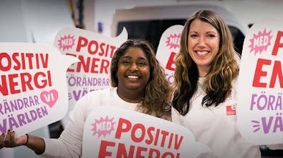 Kommunikatörerna Therese Blom och Cecilia Selander bland kampanjskyltar.