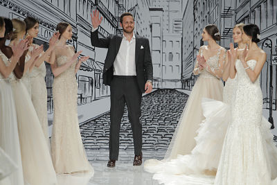 Final del desfile de Justin Alexander en la Barcelona Bridal Fashion Week