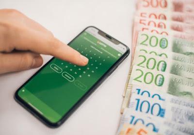 Montage med sedlar och mobil med Lotto-spel