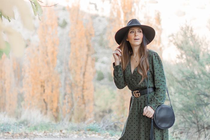 Look con Vestido midi lunares verde de Zara nueva coleccion botas altas XL cinturon Gucci y sombrero