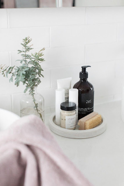 How to Decorate a Grey Bath