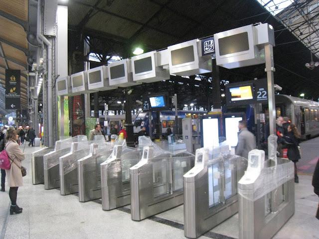 Les nouvelles barrières d'accès aux trains ont fait leur apparition à la gare Saint-Lazare
