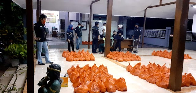 LPMK Dukuh Sutorejo Bersama FOI Surabaya Membagikan Paket bantuan Pada Lansia Di Kelurahan Dukuh Sutorejo