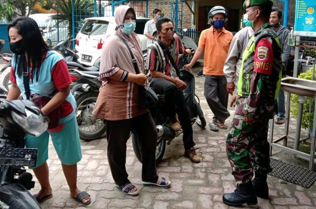 Edukasi Covid-19, Personel Jajaran Kodim 0207/Simalungun Himbau Warga Yang Antri Harus Pakai Masker