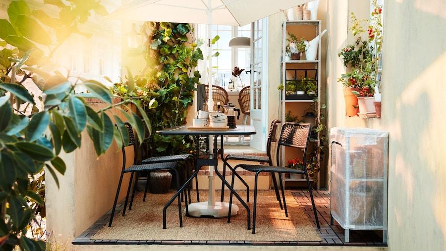 Patio interior con muebles apilables