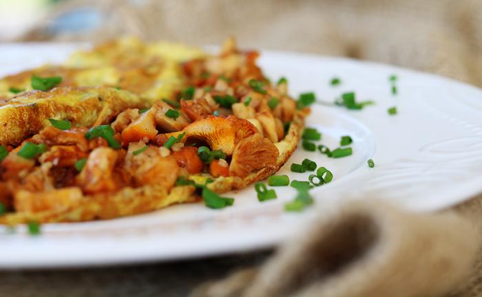 Omlet z kurkami i serem cheddar