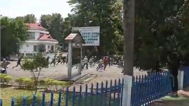 Ratusan Pelajar STM Menyerang Gedung DPRD Kota Jambi