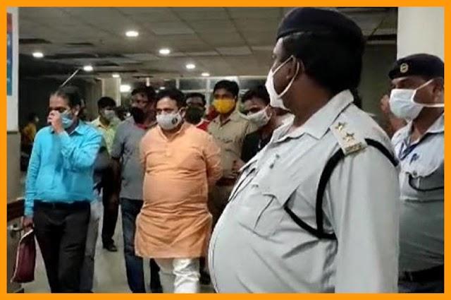वाराणसी: मंत्री के घर के पास फायरिंग, पुजारी घायल, आरोपियों की भीड़ ने की जमकर पिटाई