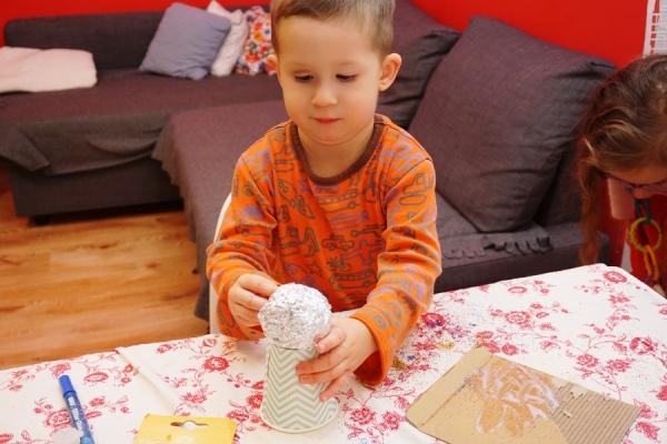 Dzieciaki robią diy aniołki na choinkę z papierowych kubeczków i mnóstwem brokatu