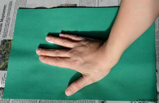 dłoń pomalowana farbą przyciskana do kartki