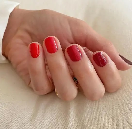 - Red gradient - the most prominent drawings of manicure for Christmas this year: