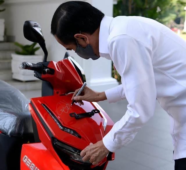 motor listrik tanda tangan presiden laku dilelang