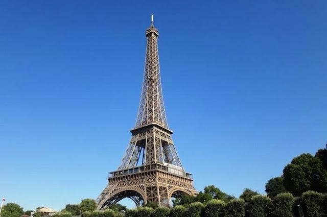 Menara Eiffel, yang saat itu merupakan struktur tertinggi di dunia