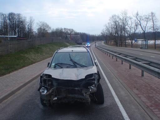 Apvidus auto ar bojāto priekšējo daļu pēc ceļu satiksmes negadījuma
