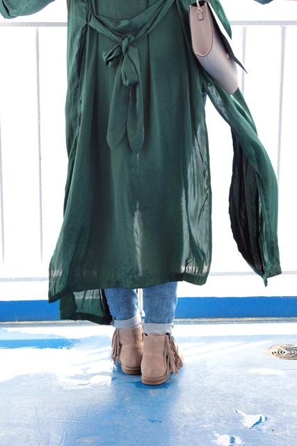 Green SummerCoat &the Baltic Sea - www.josieslittlewonderland.de - outfit post, josie trägt, tannengrüner mantel von h&m, super stretch Jeans von new yorker, outfit inspiration, details, fransen boots von deichman