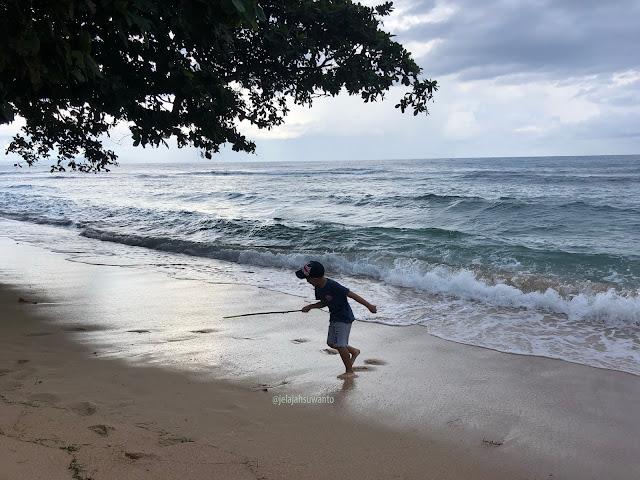 Ombak di depan Kanzo Beach Resto relatif besar | © jelajahsuwanto