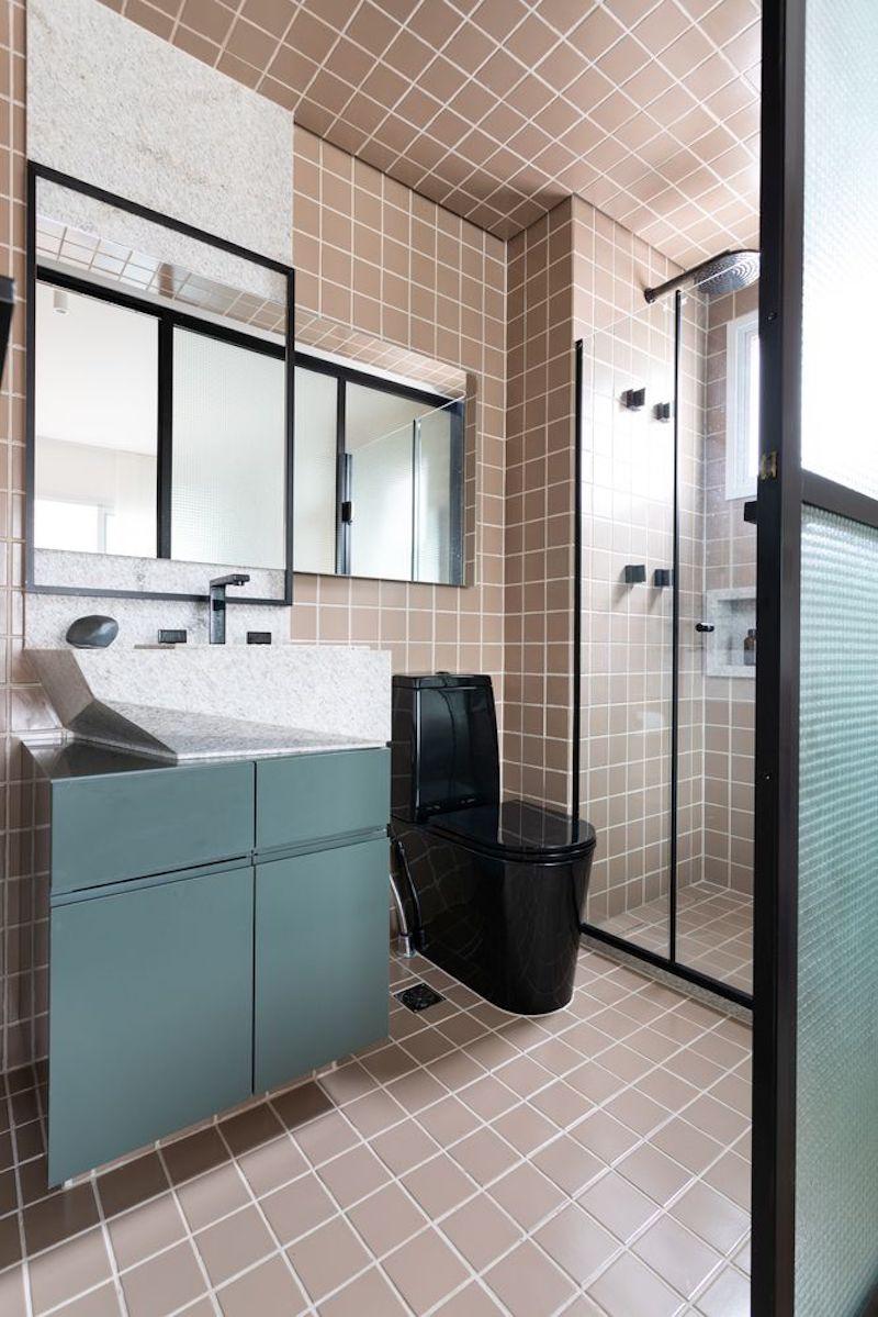 Separar habitaciones con muebles en lugar de con paredes: baño con mobiliario moderno y ducha.