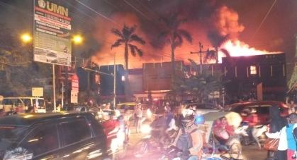 Petugas Polisi di bantu anggota Pramuka menguraikan kemacetan yang terjadi akibat kebakaran ini