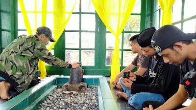 Bawa Bantuan ke Masamba, PMII IAI As'adiyah Sempatkan Ziarah ke Makam Datuk Patimang