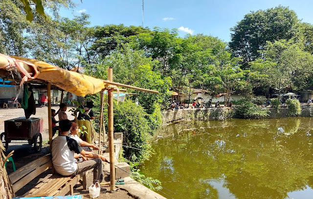 <i>Ngabuburit</i> Sambil Memancing di Kolam Segaran Sriwedari