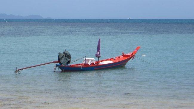 Рыбацкая лодка в море