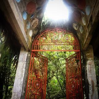 La puerta que lleva a la cascaca Los Comales