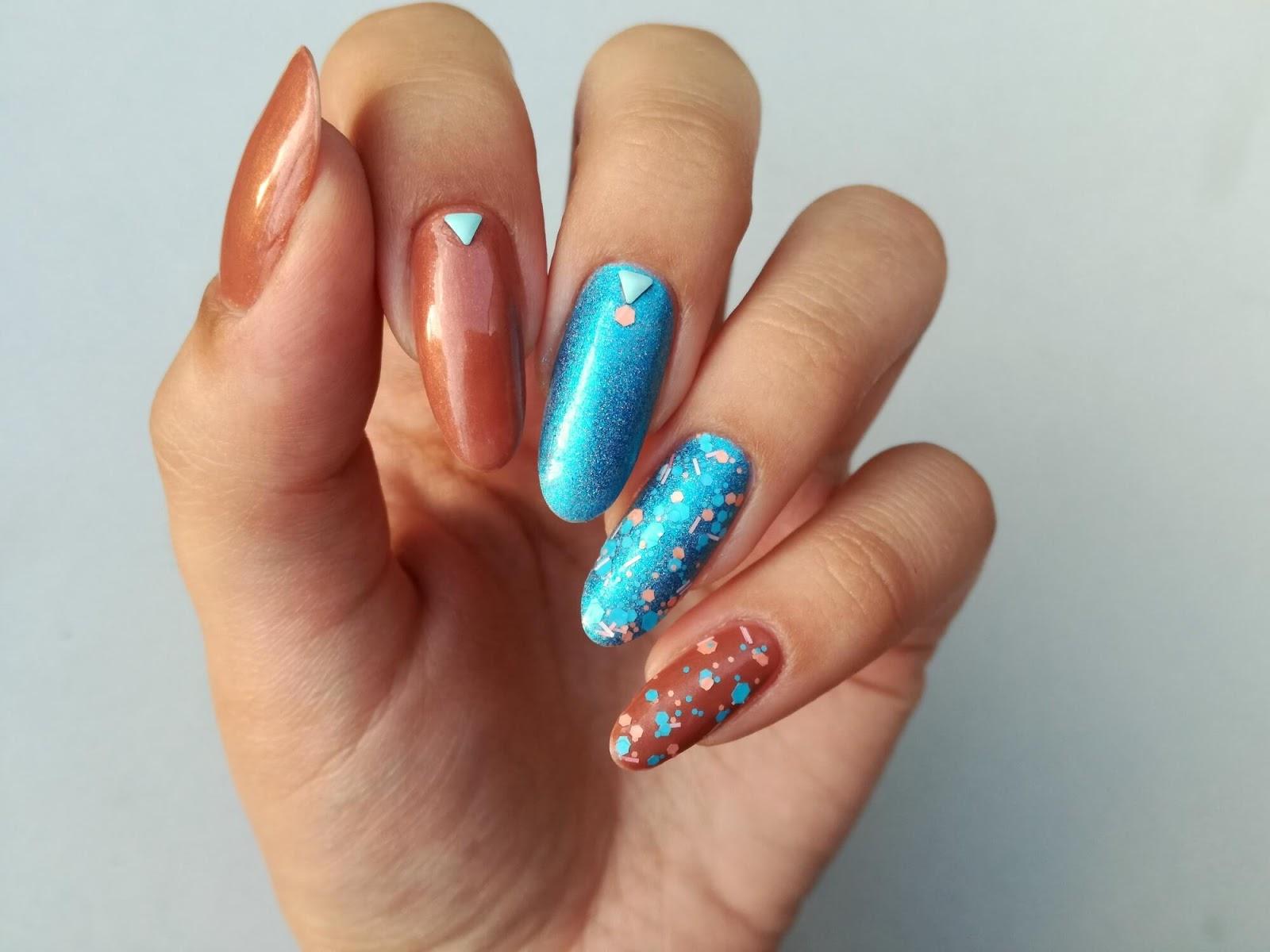 Paznokcie pomalowane na dwa kolory - brąz + turkus