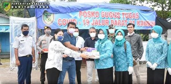 Apresiasi Kinerja Tim Petugas Posko Covid-19, Ketua TP PKK Berikan Bantuan