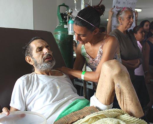 ¡Solo en Venezuela! Pacientes deben limpiar hospital en Barcelona por falta de personal