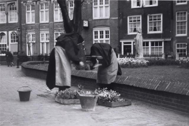 Zachowało się zdjęcie Agathy i jeszcze jednej beginki z lat 60.; zgodnie z tradycją 2 maja przystrajają na dziedzińcu Begijnhofu kwiatami grób Cornelii Arens, beginki zmarłej w 1654 r. Źródło: Stadsarchief Amsterdam.