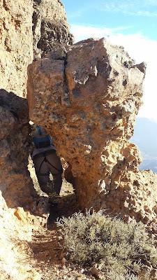 paso entre la roca y el risco