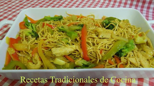 Fideos chinos con pollo y verduras (Receta fácil y original)