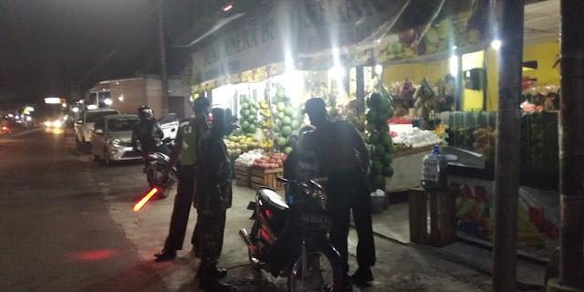 Gabungan TNI-Polri Melaksanakan Disiplin Protokol Kesehatan Di Kecamatan Manisrenggo