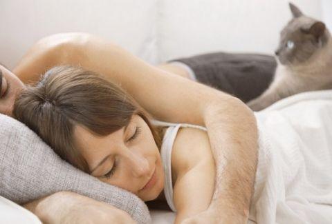 Κοιμόταν αγκαλιά με την γάτα της, όταν ένιωσε αφόρητους πόνους. Δείτε τι βρήκε ο γιατρός στον κόλπo της