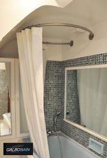 Galbobain l 39 l gance dans la salle de bain - Rideau de douche sous pente ...