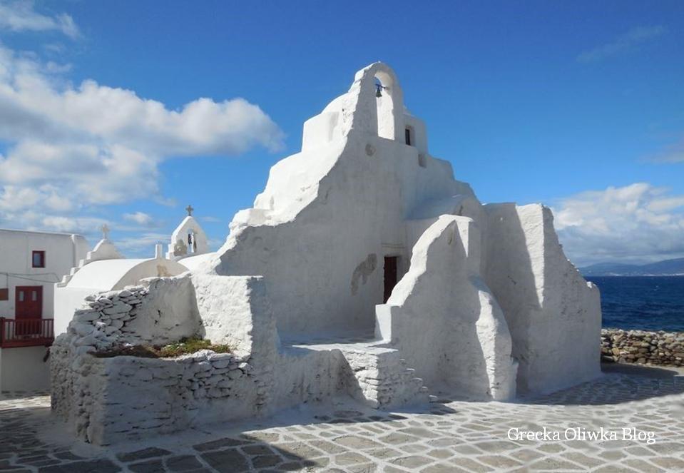 biała cerkiew Paraportiani na tle błękitu morza i nieba