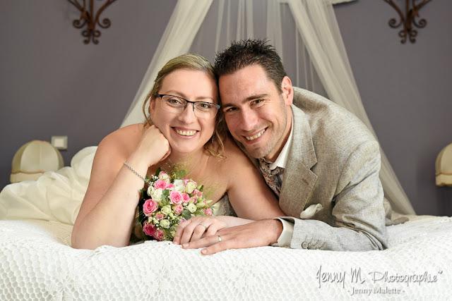 photo de couple des marias, portrait dans suite nuptiale domaine moinardière