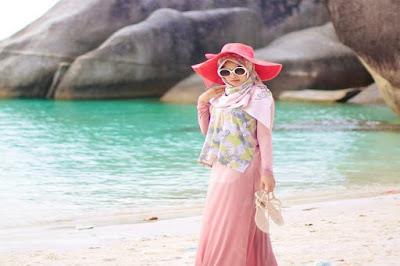 outfit hijaber untuk ke pantai