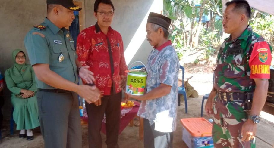 Dandim 0422/LB Santuni Wiloso Korban Kebakaran di Pekon Sukamulya